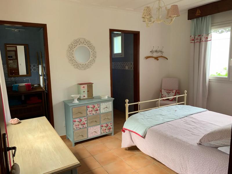 La chambre avec vue océan, salle de douche et wc indépendants.