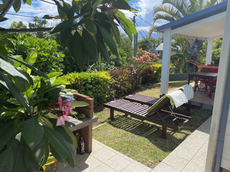barbecue et petit jardinet