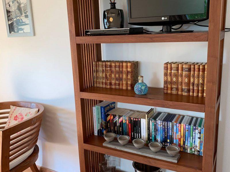 Téléviseur avec lecteur dvd, collection de dvd et livres. A disposition également jeux, jeux video, jouets, activités.