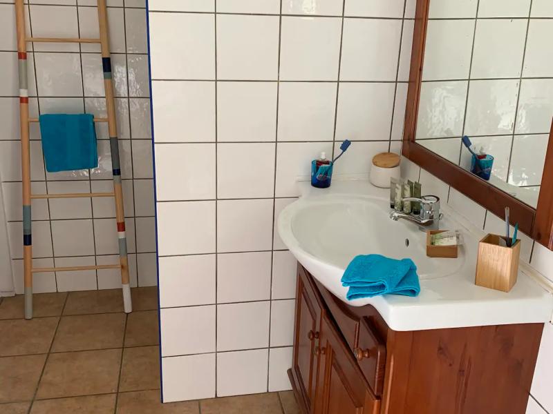 Salle de douche avec linge de toilette et produits d'accueil.